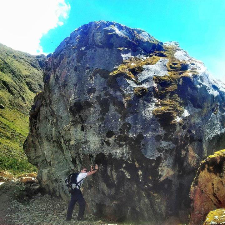Javier Busquets empujando roca gigante