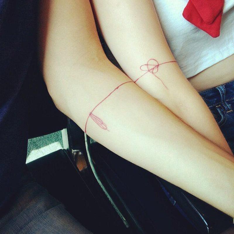 Tatuaje hilo rojo brazo