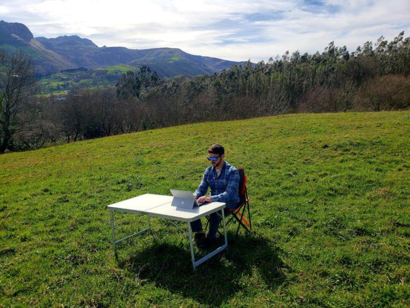 Javier Busquets escribiendo en la naturaleza